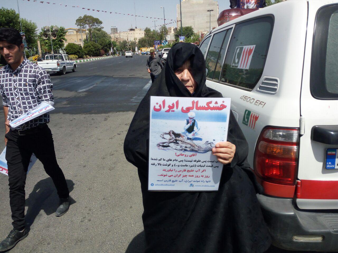 حاشیه های راهپیمایی پانزده خرداد در قم در مورد بحران خشکسالی در خواست مناظره با رئیس جمهور محترم دکتر حسن روحانی در مورد اقتصاد کشور
