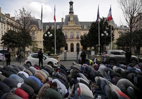 पेरिस की सड़कों पर नमाज़