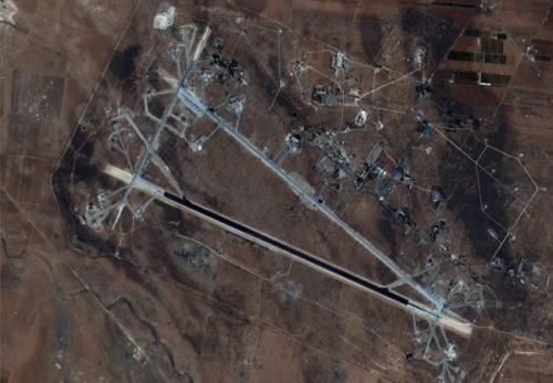 """อัชชาอีรัต"""" สนามบินของกองทัพอากาศซีเรีย ใกล้กับเมืองฮอมส์ในซีเรียถูกทำลายยับเยิน และเครื่องบินทั้งหมดได้รับความเสียหายหนักจากการโจมตีของขีปนาวุธสหรัฐฯ"""
